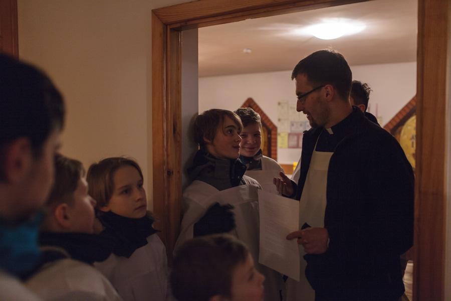 Przygotowania doDrogi Krzyżowej - ministranci iksiądz Jakub