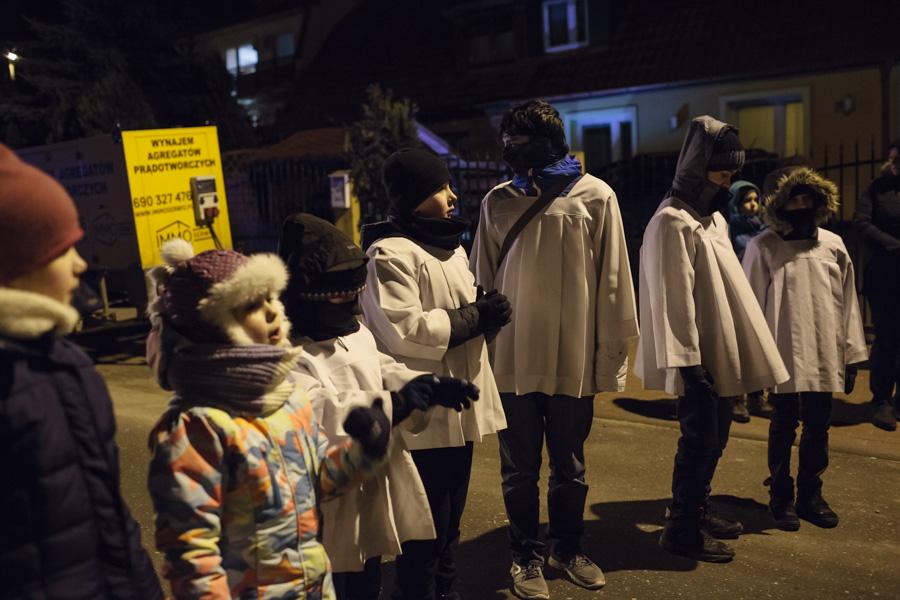 Droga Krzyżowa ulicami dzielnicy - dzielni ministranci, pomimo przenikliwego zimna